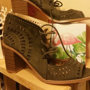 CANYON  RIVER  OLIVE GREEN STACK HEELS NEW 9 $20.